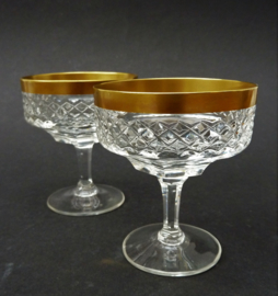 Een paar Hollywood Regency geslepen kristallen likeur coupes met gouden rand