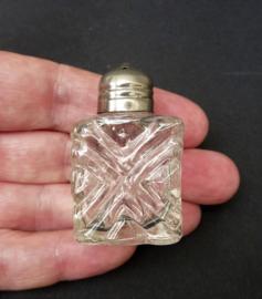 Mini persglazen zoutvaatje met verzilverde dop