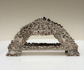 H Hooijkaas verzilverde repousse servet houder Oud Hollands decor