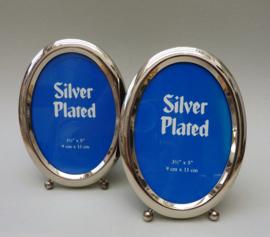 Een paar vintage Engelse verzilverde staande ovalen fotolijstjes