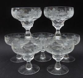 John Walsh kristallen champagne coupes met wijnrank gravure