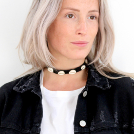 STICKY SHELL CHOKER