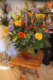 Vaas gevuld met gekleurde bloemen