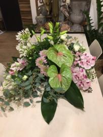 Rouwarrangement rond met orchideeën