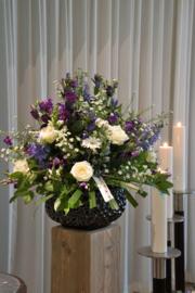 Vaas opgemaakt met diverse bloemen