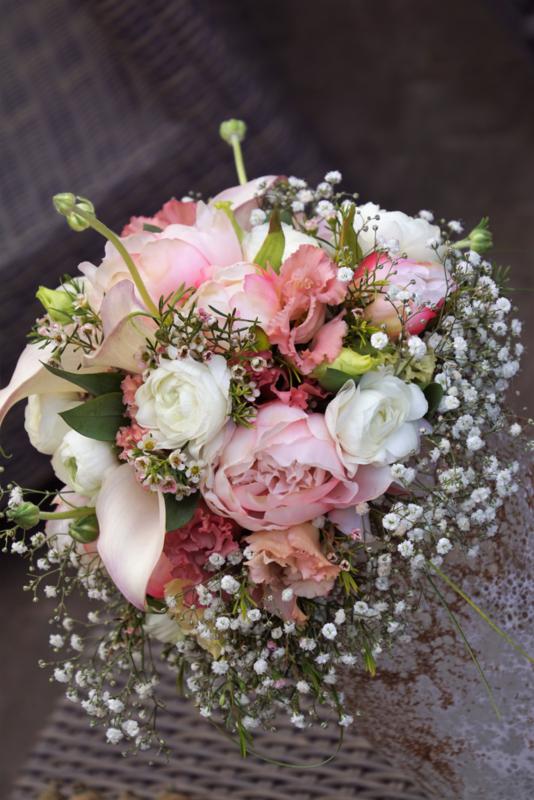 Bruidsboeket zacht rose met gips