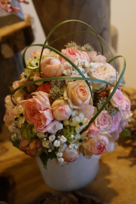 Bruidsboeket met bogen en rozen