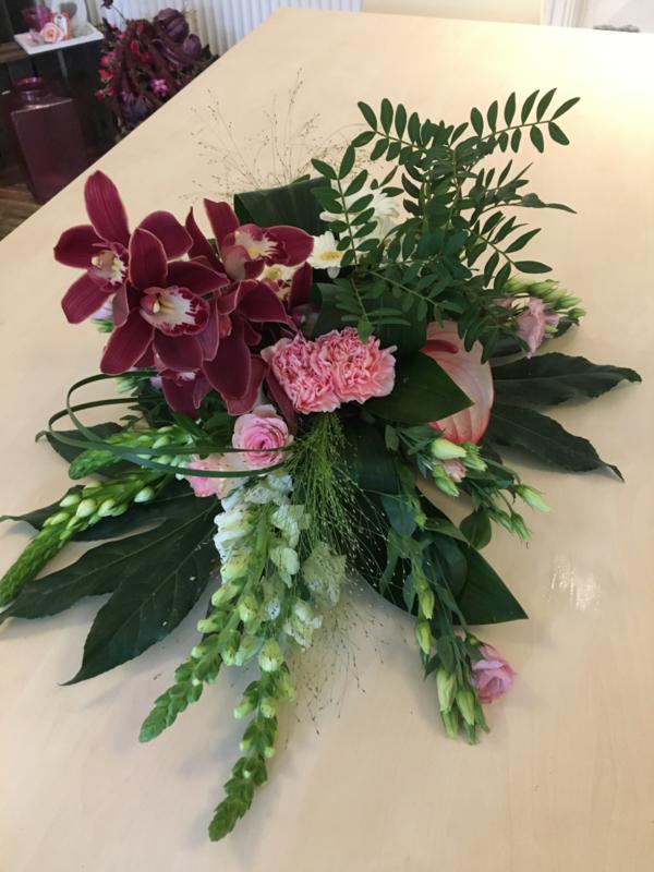Rouwarrangement orchideeen rose