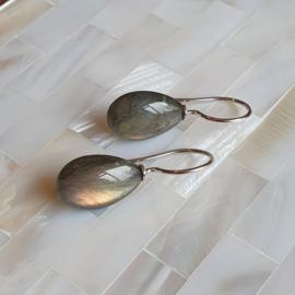Zilveren oorbellen met labradoriet druppels