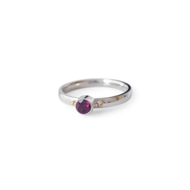 Zilveren ring met rhodoliet en roodgouden bolletjes
