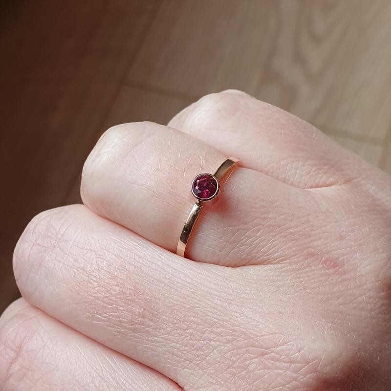 Roodgouden ring met Rubeliet