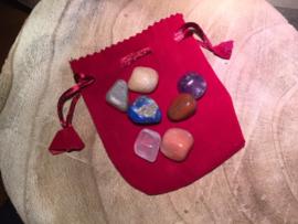 Chakra set trommelstenen in rood fluwelen tasje