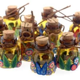 Geluks flesjes groot 25 x 25 mm beplakt met fimo p/12 stuks