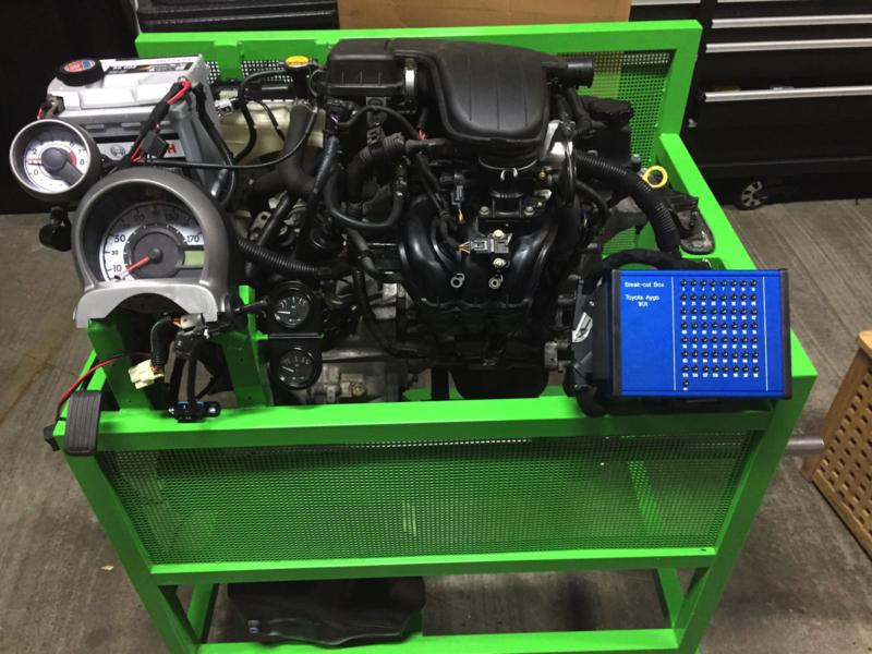Motor op proefstand met E-OBD2 uitlezing