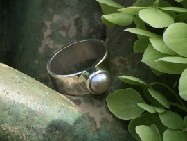 Brede zilveren ring met parel.