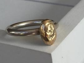 Aanschuifring met goudklompje van oud goud