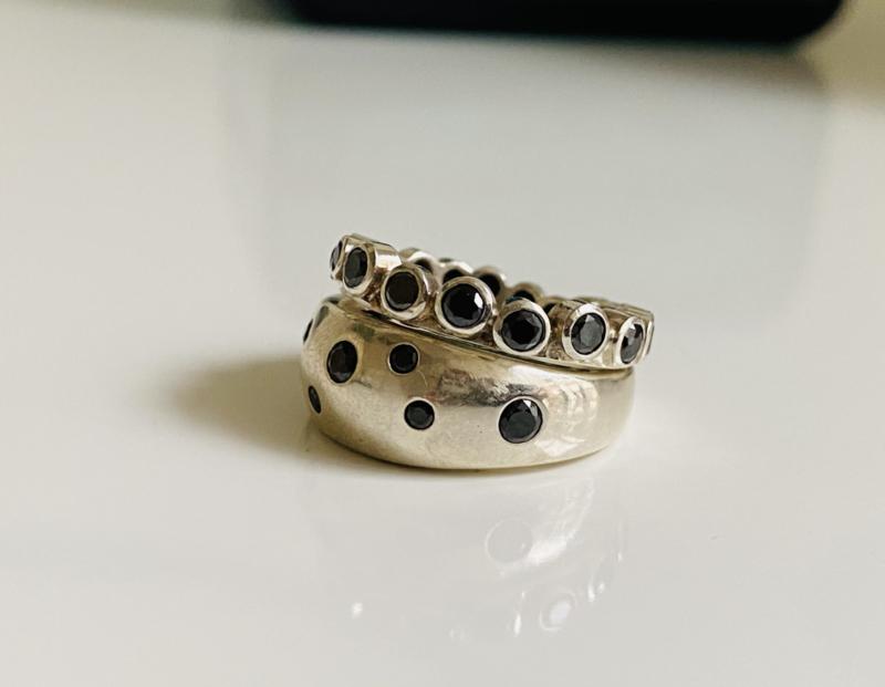Zilveren ringen met zwarte zirkonias