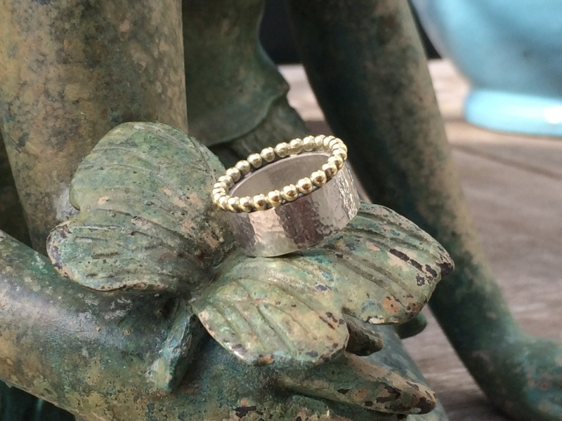 Stoere zilveren ring met 14 krt gouden rand