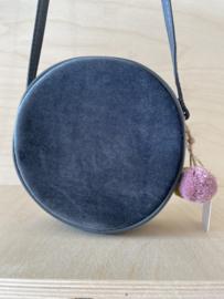 Donkerblauwe velvet tas met pomponnetjes - mimi and lula