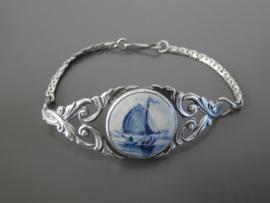 Elegant vormgegeven armband met ronde steen