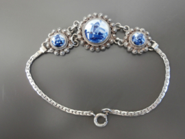 Armband met drie Delftse stenen.