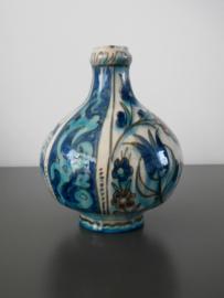 Bolvormige fles, Nieuw Delfts, Iznik-stijl