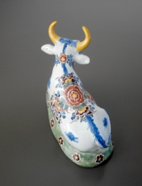 18e eeuwse Delftse koe, liggend.