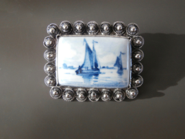 Broches; zilver met Delftsblauw.