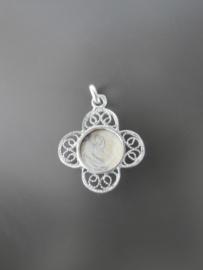 Klein zilver hangertje met 4 filigrain blaadjes