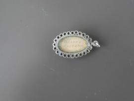 Ovaal hangertje, met randversiering van fijne Zeeuwse knopjes