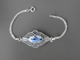 Ruitvormige  filigrain armband met delftsblauwe steen