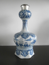 192; Verfijnde knobbelvaas met zilvermontuur ca 1690