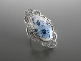 Royale zilveren ring met Delfts bloemmotief