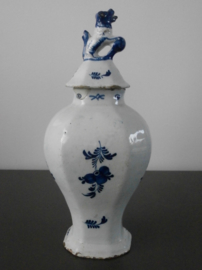66; 'De Porceleyne Fles', 1771-1786, dekselvazen.