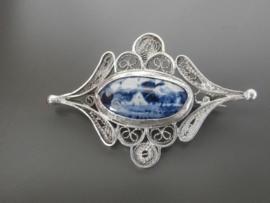 Mooi gevormde broche met ovale steen.