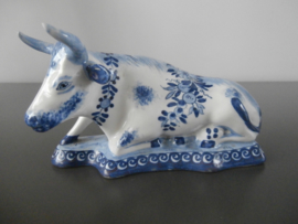 65; Liggende koe, Delfts blauw  rond 1900