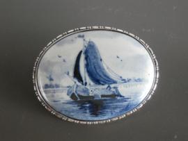 Royale broche met een zeilboot, halverwege 20e eeuw