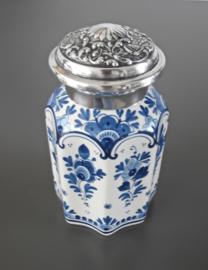Achtkantige theebus met bewerkte zilveren deksel