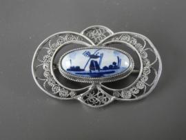 Elegante zilveren filigrain broche met Delftse steen