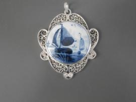 Bijzonder fraaie Delftsblauwe hanger met zeilboten