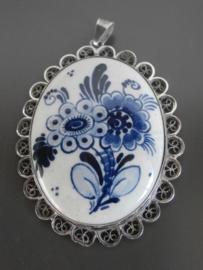 Royaal medaillon omlijst met filigrain zilveren blaadjes