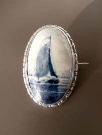 Middelgrote  broche met zeilboot, halverwege 20e eeuw