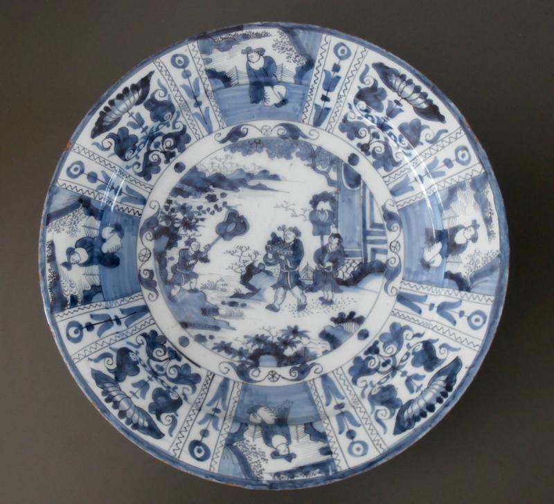 Delftse chinoiserie schotel van 40 cm  ca. 1680-1700