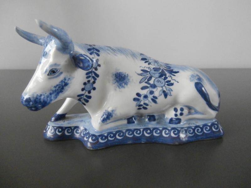 Liggende koe, Delfts blauw  rond 1900