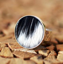 Zilveren ring met koeienhuid