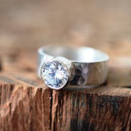 Zilveren gehamerde ring met Swarovski