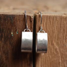Zilveren gehamerde matte oorbellen