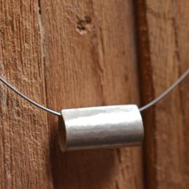 Zilveren gehamerde matte hanger