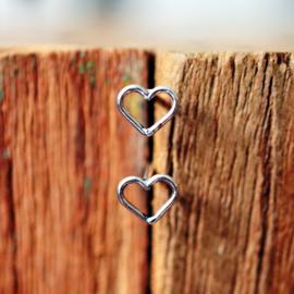 Zilveren hartjes oorknopjes