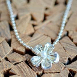 Zilveren bloemen hanger met Parel